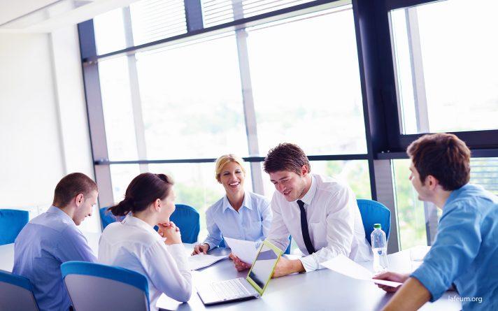 Бизнесмены на встрече в офисе Лафеюм